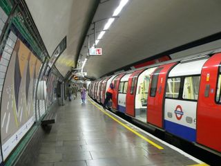 South_Wimbledon_tube_station_-_1995_Stock_train