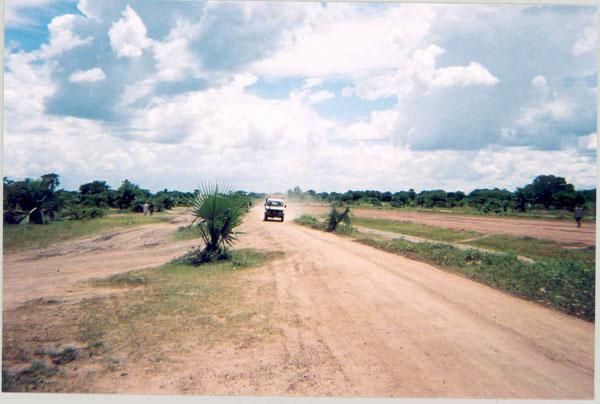 Sudan_Rumbek_road_alongside_airstrip_2004