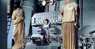 Statue_di_igea_ed_hestia_davanti_al_quadro_di_manovra_del_motore_diesel_flash