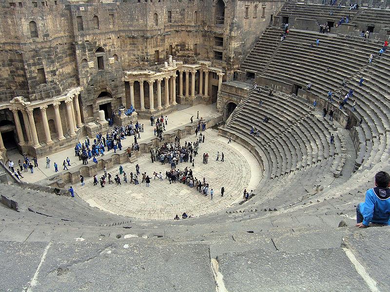 800px-Roman_theatre,_bosra,_syria,_easter_2004